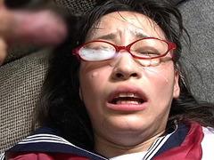 メガネフェチ用の無修正動画!セーラー服姿の黒髪女子校正に眼鏡顔射!